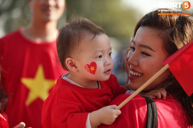 Dàn fangirl xinh đẹp tiếp lửa cho đội tuyển Việt Nam trước trận gặp Iraq - Ảnh 10.