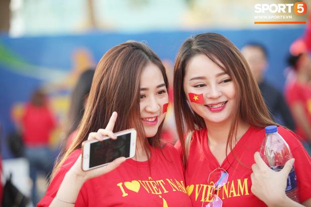 Dàn fangirl xinh đẹp tiếp lửa cho đội tuyển Việt Nam trước trận gặp Iraq - Ảnh 4.