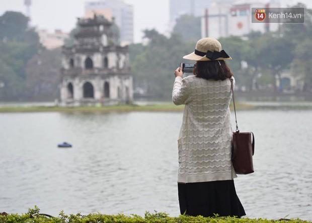 Giữa trưa Hà Nội vẫn chìm trong sương mù dày đặc, nóc các tòa cao tầng gần như biến mất hoàn toàn - Ảnh 7.