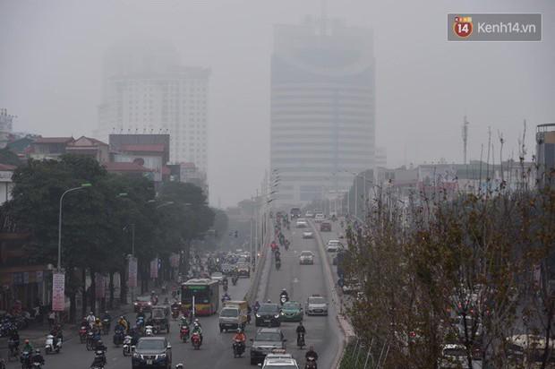 Giữa trưa Hà Nội vẫn chìm trong sương mù dày đặc, nóc các tòa cao tầng gần như biến mất hoàn toàn - Ảnh 3.