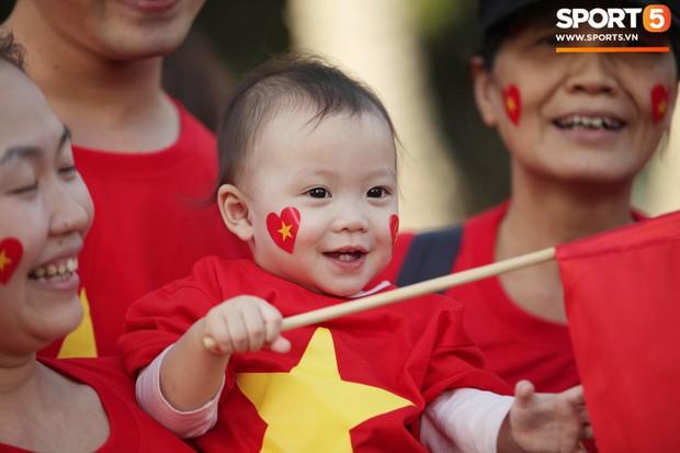 Dàn fangirl xinh đẹp tiếp lửa cho đội tuyển Việt Nam trước trận gặp Iraq - Ảnh 9.
