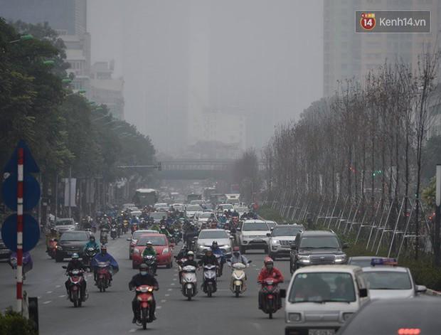 Giữa trưa Hà Nội vẫn chìm trong sương mù dày đặc, nóc các tòa cao tầng gần như biến mất hoàn toàn - Ảnh 5.