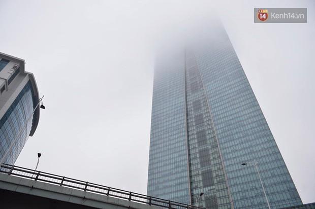 Giữa trưa Hà Nội vẫn chìm trong sương mù dày đặc, nóc các tòa cao tầng gần như biến mất hoàn toàn - Ảnh 2.