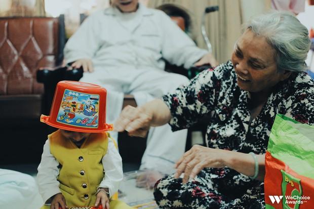 Những câu chuyện đáng yêu và xúc động trong chuyến đi Sài Gòn đầu tiên của cậu bé tí hon Krể - Ảnh 5.