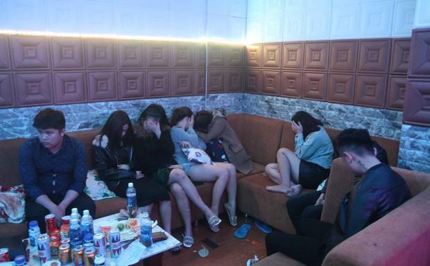 Hàng chục nam thanh, nữ tú bày tiệc ma túy trong nhà nghỉ  - Ảnh 1.