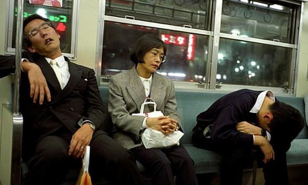 Chợp mắt trong giờ làm được thưởng tiền ở các công ty Nhật Bản - Ảnh 1.