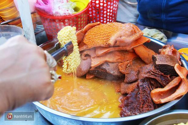 Điểm danh những món ăn nổi tiếng dưới 30k gắn liền với các địa điểm ở Sài Gòn - Ảnh 1.