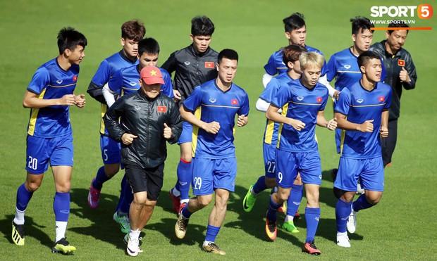 Văn Lâm gạt qua chỉ trích, tươi cười làm phiên dịch cho các đồng đội tập hồi phục sau trận thua Iraq - Ảnh 13.