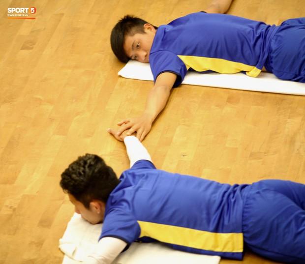 Công Phượng ngủ gật, Văn Đức nắm chặt tay Hồng Duy khi tập hồi phục - Ảnh 7.
