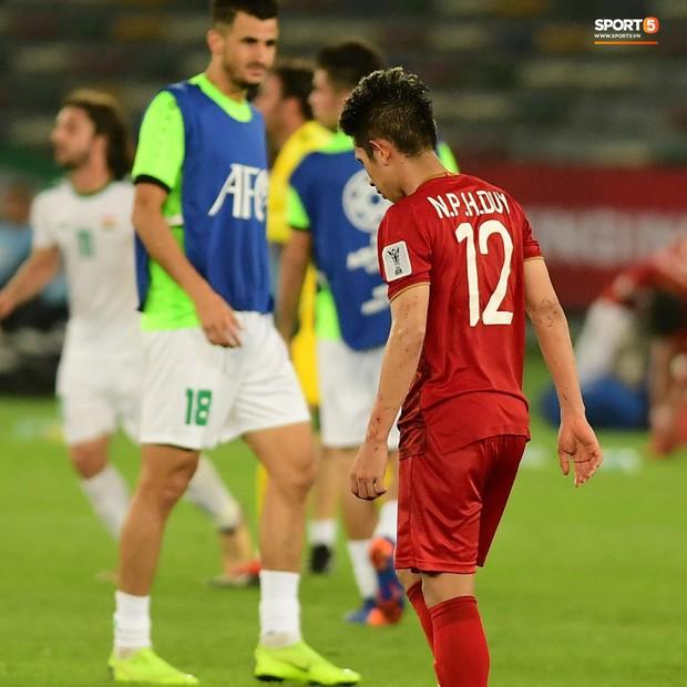Những khoảnh khắc cầu thủ Việt Nam đổ máu trong trận thua Iraq - Ảnh 2.