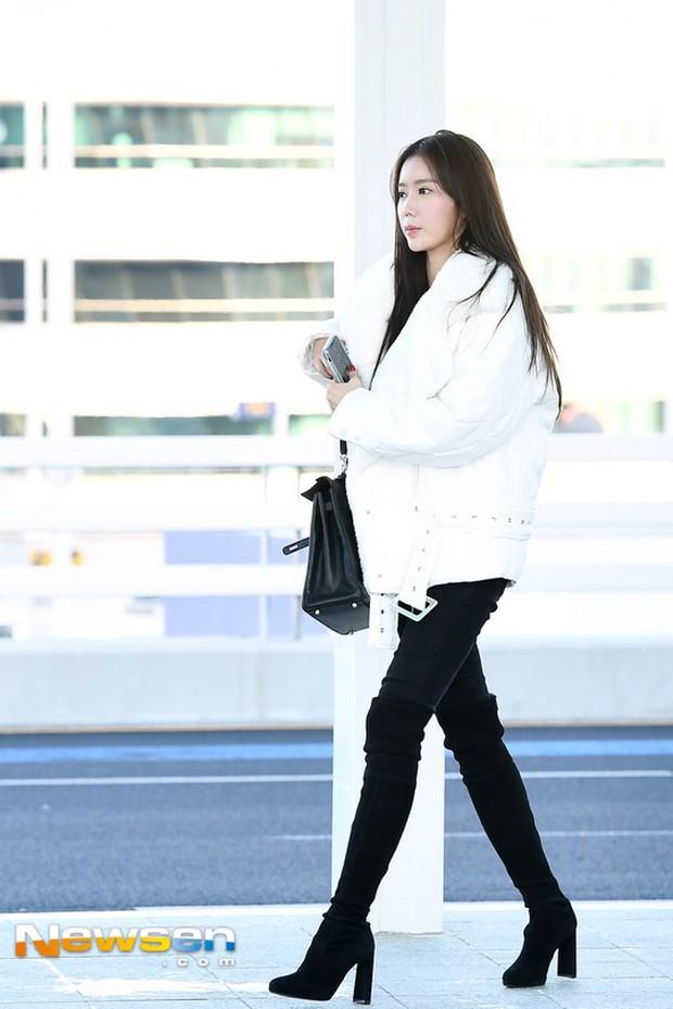 Dàn mỹ nhân đọ sắc thần thánh tại sân bay: Lisa xuất thần, Black Pink đẹp như đóng MV bên TWICE và chân dài đình đám - Ảnh 17.