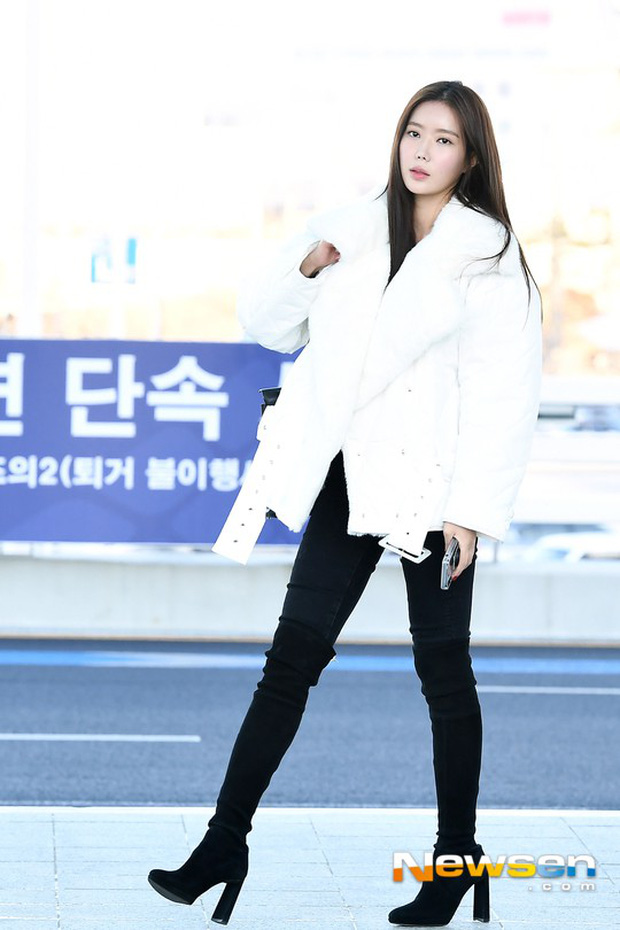 Dàn mỹ nhân đọ sắc thần thánh tại sân bay: Lisa xuất thần, Black Pink đẹp như đóng MV bên TWICE và chân dài đình đám - Ảnh 18.