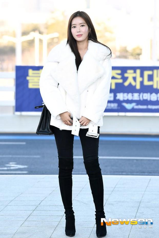 Dàn mỹ nhân đọ sắc thần thánh tại sân bay: Lisa xuất thần, Black Pink đẹp như đóng MV bên TWICE và chân dài đình đám - Ảnh 19.
