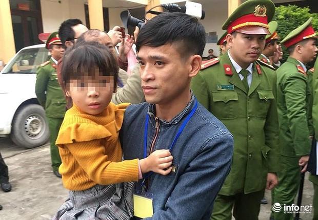 Xét xử vụ chạy thận: Bé gái được vào tòa vài phút để hát cho bố là bị cáo nghe - Ảnh 2.