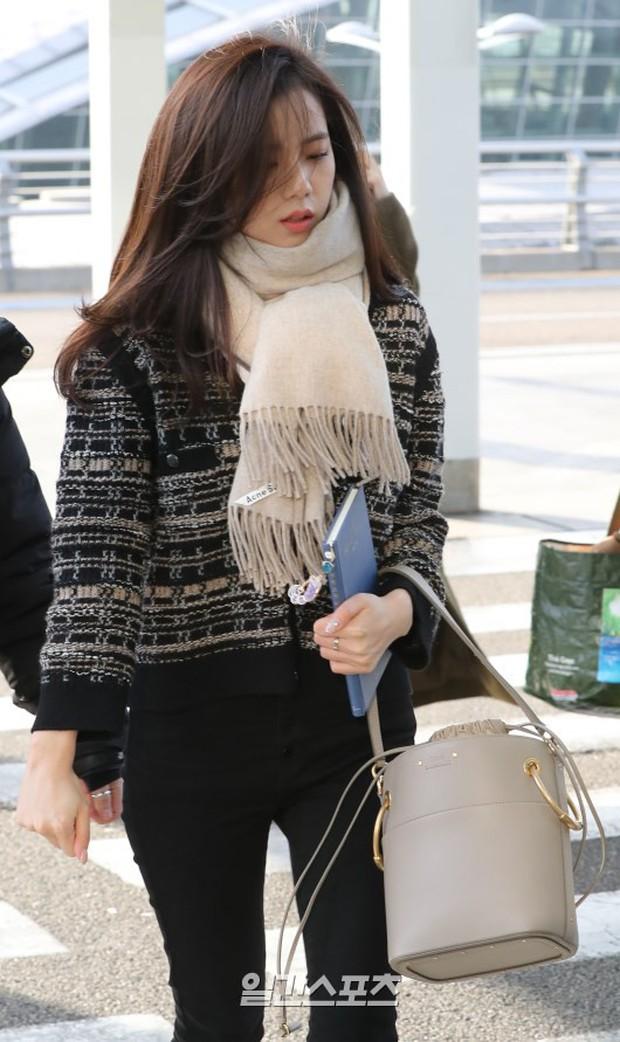 Dàn mỹ nhân đọ sắc thần thánh tại sân bay: Lisa xuất thần, Black Pink đẹp như đóng MV bên TWICE và chân dài đình đám - Ảnh 16.