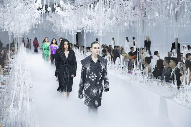 Thưởng lãm show của Lý Quí Khánh lại càng xuýt xoa trước bữa tiệc xa hoa 8 năm trước của Chanel - Ảnh 1.
