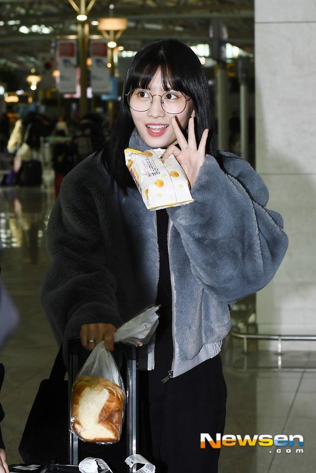 Dàn mỹ nhân đọ sắc thần thánh tại sân bay: Lisa xuất thần, Black Pink đẹp như đóng MV bên TWICE và chân dài đình đám - Ảnh 23.