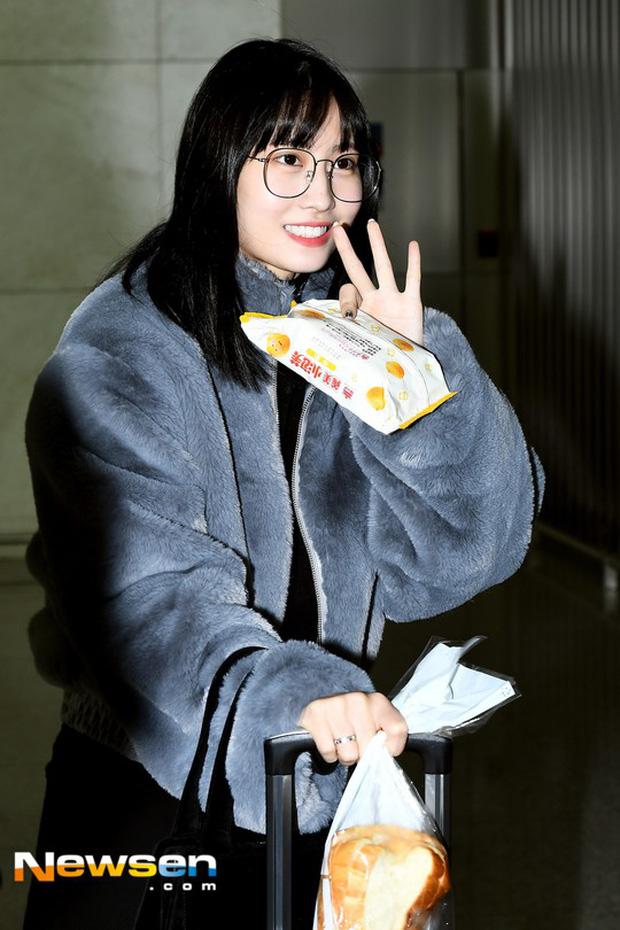 Dàn mỹ nhân đọ sắc thần thánh tại sân bay: Lisa xuất thần, Black Pink đẹp như đóng MV bên TWICE và chân dài đình đám - Ảnh 24.