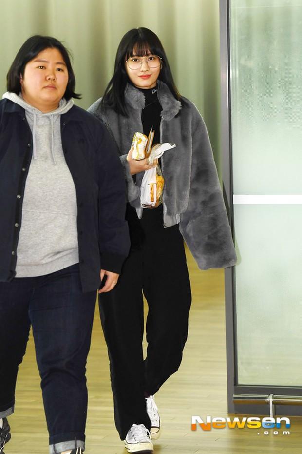Dàn mỹ nhân đọ sắc thần thánh tại sân bay: Lisa xuất thần, Black Pink đẹp như đóng MV bên TWICE và chân dài đình đám - Ảnh 21.