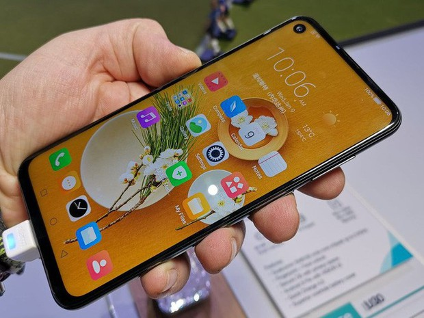 Bất ngờ xuất hiện thêm một chiếc smartphone màn hình đục lỗ tại CES, dẫn đầu trào lưu 2019 - Ảnh 1.