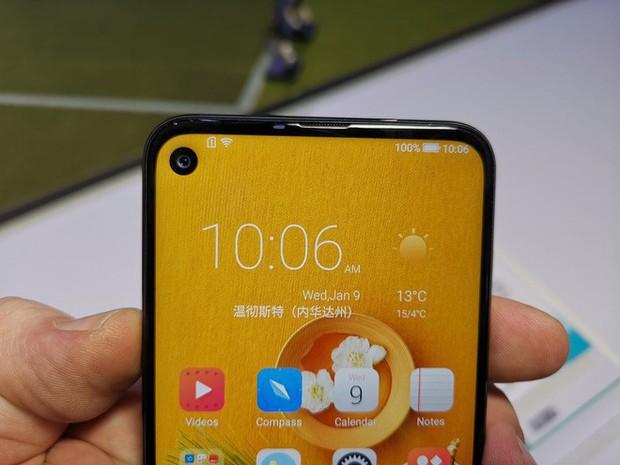 Bất ngờ xuất hiện thêm một chiếc smartphone màn hình đục lỗ tại CES, dẫn đầu trào lưu 2019 - Ảnh 2.