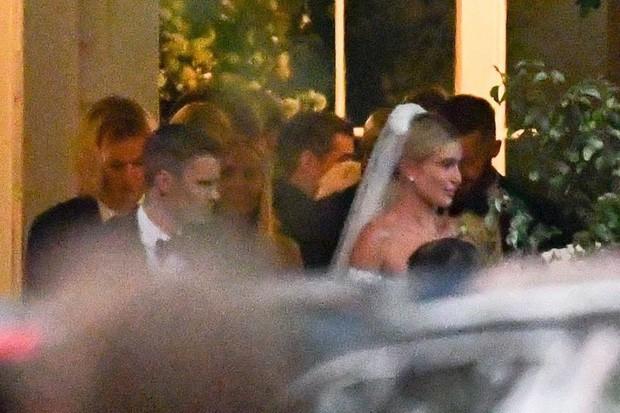 Bộ ảnh đen trắng hot nhất hôn lễ vợ chồng Justin Bieber: Hé lộ màn selfie với dàn siêu sao, chú rể hôn cả Jaden Smith - Ảnh 11.