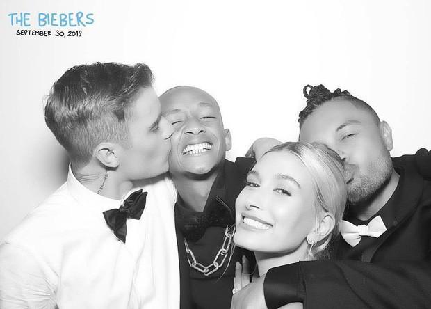 Bộ ảnh đen trắng hot nhất hôn lễ vợ chồng Justin Bieber: Hé lộ màn selfie với dàn siêu sao, chú rể hôn cả Jaden Smith - Ảnh 9.