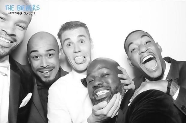 Bộ ảnh đen trắng hot nhất hôn lễ vợ chồng Justin Bieber: Hé lộ màn selfie với dàn siêu sao, chú rể hôn cả Jaden Smith - Ảnh 5.