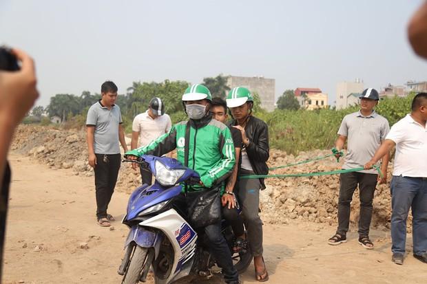 NÓNG: Sau buổi thực nghiệm hiện trường, 2 nghi phạm đã thừa nhận lên kế hoạch cướp tài sản nam sinh chạy Grab ở Hà Nội - Ảnh 2.