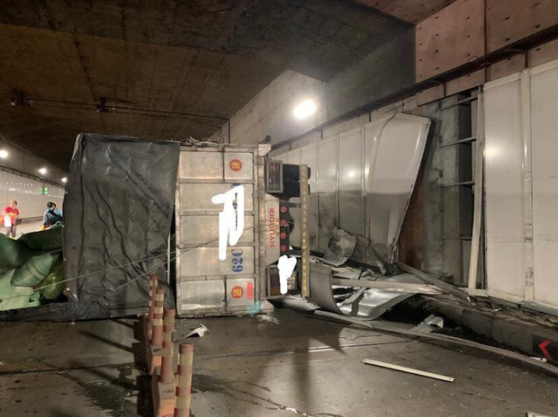 Xe tải va chạm với xe khách rồi lật ngang, hầm Sài Gòn bị phong toả suốt 7 tiếng - Ảnh 3.