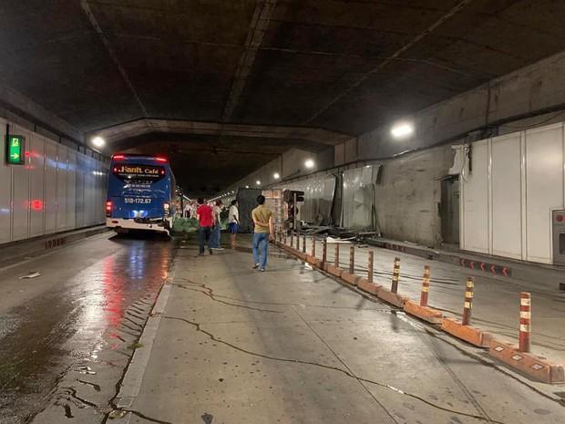 Xe tải va chạm với xe khách rồi lật ngang, hầm Sài Gòn bị phong toả suốt 7 tiếng - Ảnh 4.