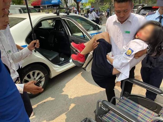 Hà Nội: Bất tỉnh giữa đường vì bị cành cây rơi trúng đầu, nữ sinh xinh đẹp được CSGT dùng xe chuyên dụng đưa đi cấp cứu - Ảnh 1.