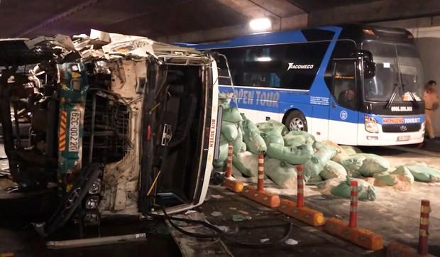 Xe tải va chạm với xe khách rồi lật ngang, hầm Sài Gòn bị phong toả suốt 7 tiếng - Ảnh 2.