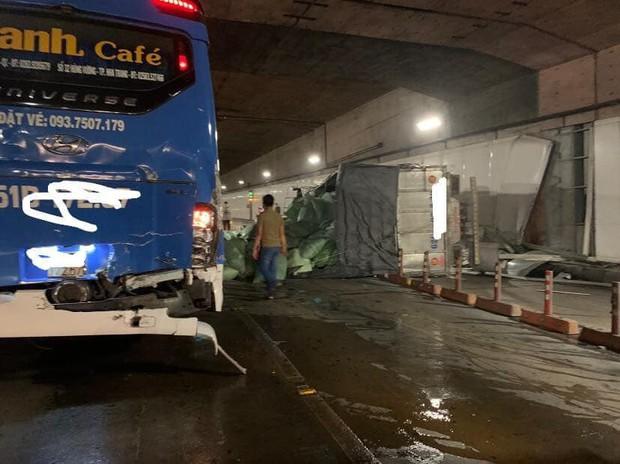 Xe tải va chạm với xe khách rồi lật ngang, hầm Sài Gòn bị phong toả suốt 7 tiếng - Ảnh 1.