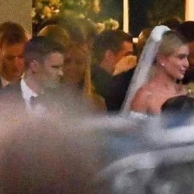 Bộ ảnh đen trắng hot nhất hôn lễ vợ chồng Justin Bieber: Hé lộ màn selfie với dàn siêu sao, chú rể hôn cả Jaden Smith - Ảnh 12.