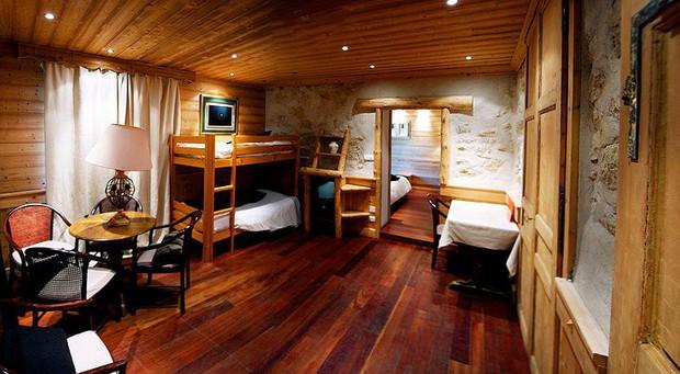 Khách sạn nằm trên đường biên giới giữa Pháp và Thuỵ Sĩ, đôi nào giận nhau mà vẫn muốn đi du lịch thì book phòng để mỗi người 1 nước nè - Ảnh 8.