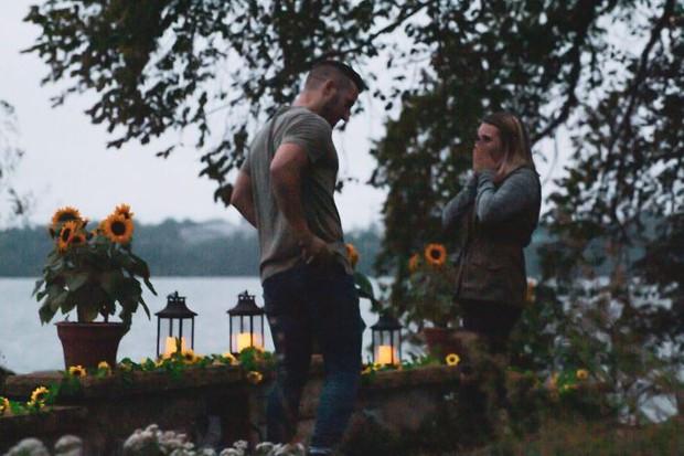 Bà chị có tâm nhất quả đất: Hóa trang thành bụi cây để chụp ảnh khoảnh khắc em gái yêu quý được bạn trai cầu hôn - Ảnh 4.