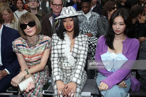 Ngồi hàng đầu với Cardi B và tổng biên Vogue, Jennie khí chất đỉnh cao nhưng sao như vội quá đi lạc vào sự kiện thế này? - Ảnh 1.