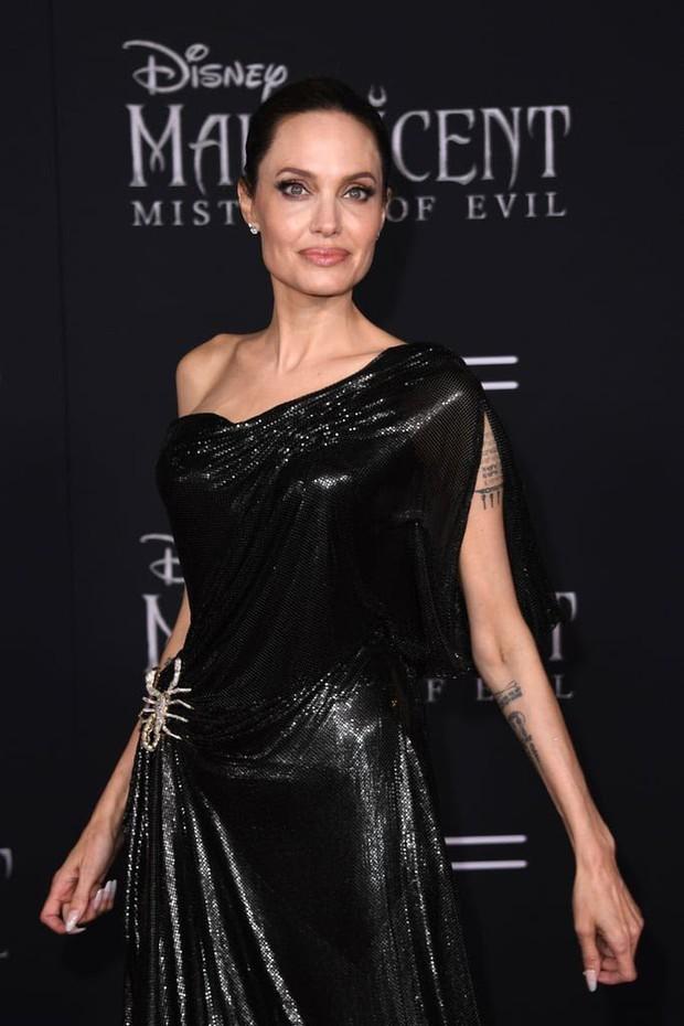 Phát sốt thảm đỏ Maleficent 2: 5 người con lớn phổng phao bên Angelina Jolie, Elle Fanning lộng lẫy như công chúa - Ảnh 2.