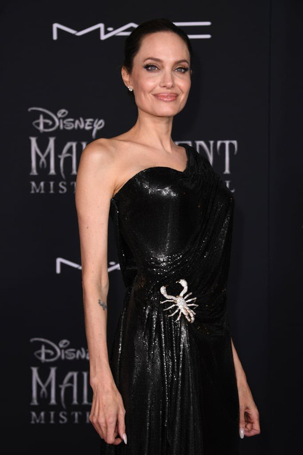 Phát sốt thảm đỏ Maleficent 2: 5 người con lớn phổng phao bên Angelina Jolie, Elle Fanning lộng lẫy như công chúa - Ảnh 1.