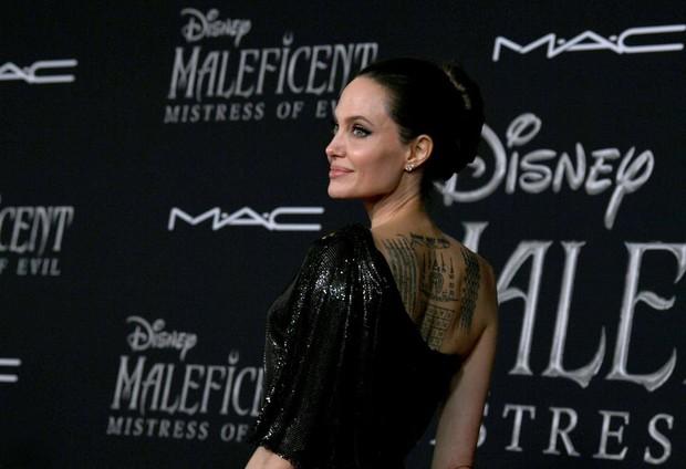 Phát sốt thảm đỏ Maleficent 2: 5 người con lớn phổng phao bên Angelina Jolie, Elle Fanning lộng lẫy như công chúa - Ảnh 4.