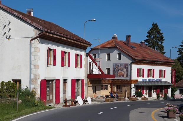 Khách sạn nằm trên đường biên giới giữa Pháp và Thuỵ Sĩ, đôi nào giận nhau mà vẫn muốn đi du lịch thì book phòng để mỗi người 1 nước nè - Ảnh 2.