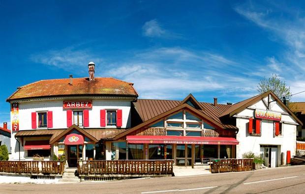 Khách sạn nằm trên đường biên giới giữa Pháp và Thuỵ Sĩ, đôi nào giận nhau mà vẫn muốn đi du lịch thì book phòng để mỗi người 1 nước nè - Ảnh 1.