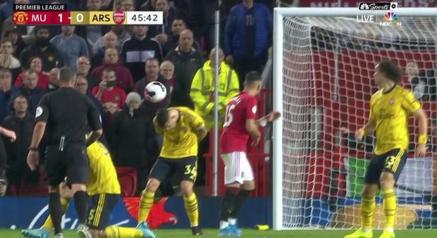Tân đội trưởng Arsenal bị gọi là đồ hèn vì cúi đầu né bóng khiến đội nhà thủng lưới - Ảnh 1.