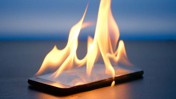 Nổ điện thoại sạc qua đêm: 2 lý do phổ biến nhất dẫn đến những vụ chết người thương tâm và cách phòng chống - Ảnh 3.
