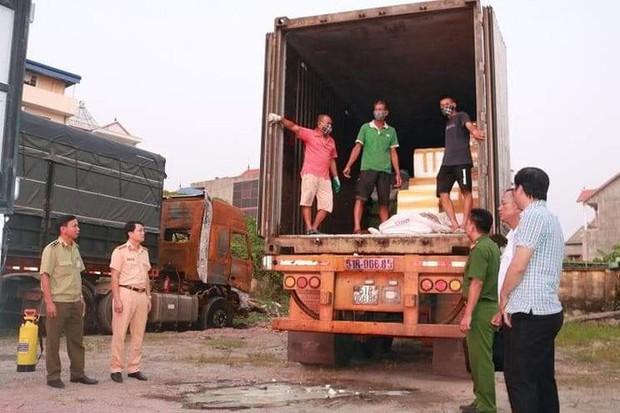 Dùng container chở 6 tấn lòng lợn nhiễm dịch tả đi tiêu thụ - Ảnh 1.