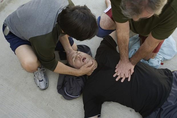 """Bỏ tiền đi xem """"phim người lớn"""", cụ ông 60 tuổi bất ngờ lên cơn đau tim rồi tử vong ngay trong phòng chiếu - Ảnh 1."""