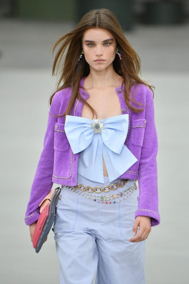 Mặc đồ kém sang nhất nhóm đi dự Paris Fashion Week nhưng bù lại, Jennie vẫn gây sốt vì vòng 1 bốc lửa - Ảnh 7.