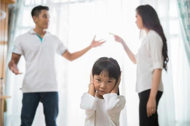 8 vấn đề sẽ xảy ra khi cha mẹ quyết định ở bên nhau vì con cái dù không còn hạnh phúc - Ảnh 1.