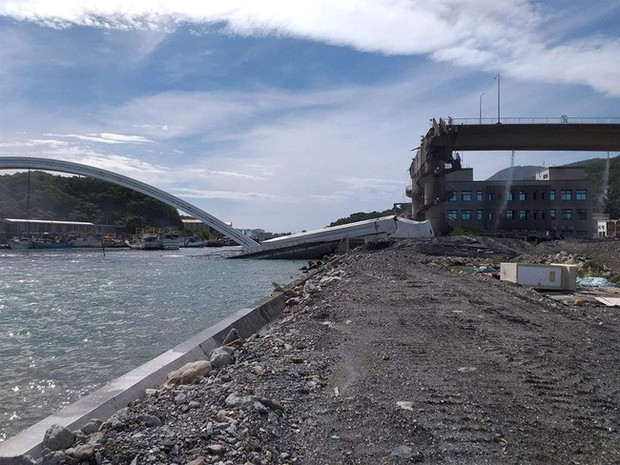 Cầu dây văng 140m ở Đài Loan bất ngờ đổ sập khiến 20 người bị thương, nhiều nạn nhân vẫn mắc kẹt - Ảnh 3.